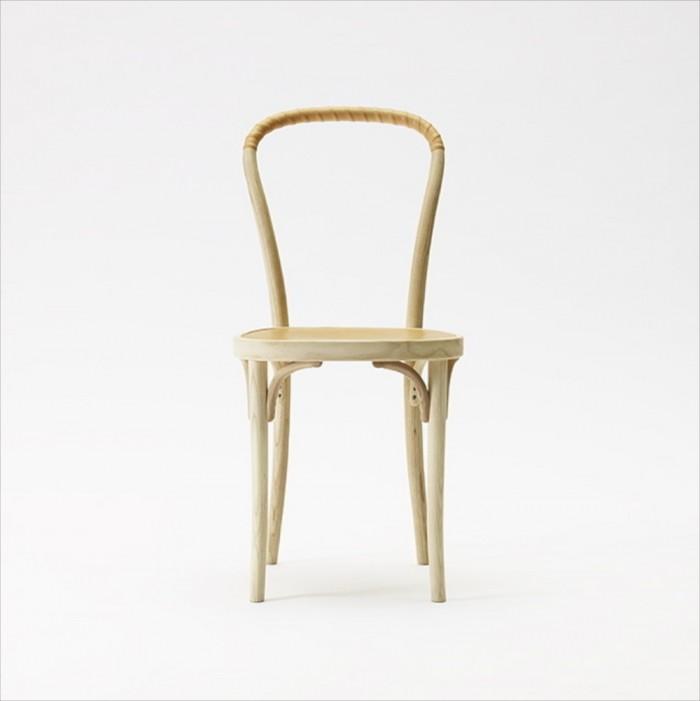 Om man kan bli kär i en möbel så har denna stolen börjat kittla min möbelådra. Denna vackra stol med sina mjuka och böjda former kommer från Gemla. Stolen Vilda är i naturmaterial som vackert åldras och har en gedigen historia att luta sig tillbaka på. Varje stol är handgjord i Sverige med en unik produktionsstämpel under varje stolsits.